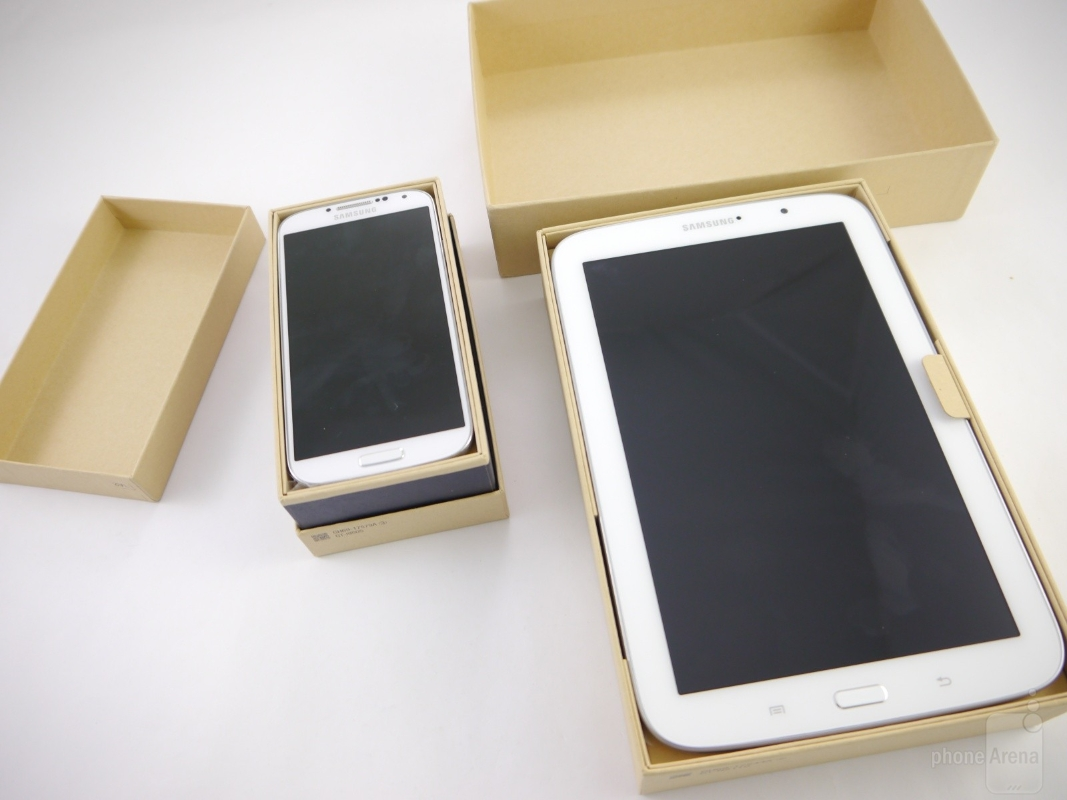 the-retail-boxes-of-the-galaxy-s4-and-galaxy-note-8_02