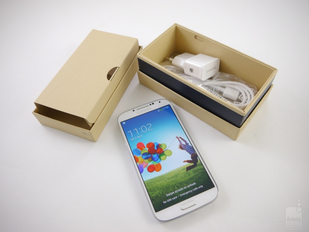 the-retail-boxes-of-the-galaxy-s4-and-galaxy-note-8_03