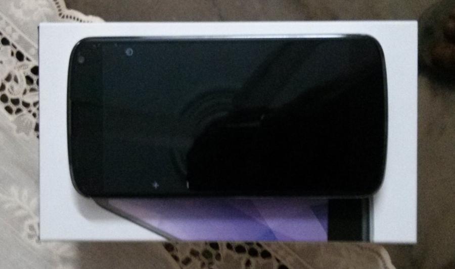 nexus-4-white-front