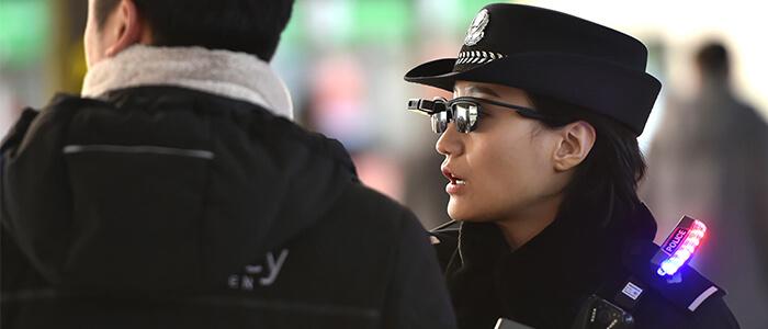 Polizia cinese smart glasses riconoscimento facciale